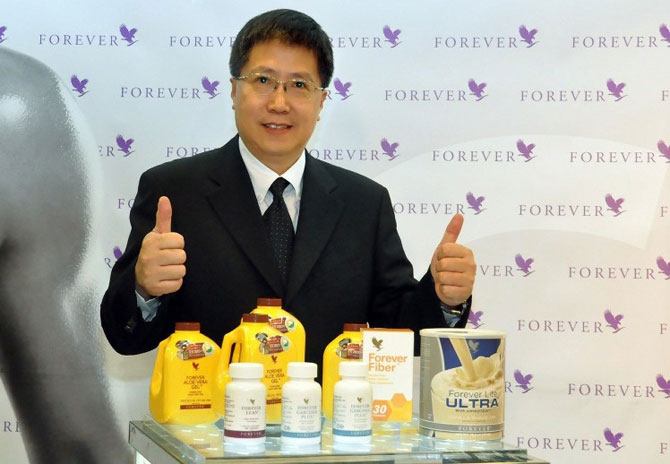 台灣永久產品公司執行董事蕭承統推薦此次推出的「C9窈窕美形組合」,讓國人能邁向健康有形的生活,持續充滿活力。